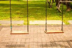 Hölzernes Schwingen zwei auf modernem Kinderspielplatz lizenzfreies stockfoto