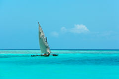 Hölzernes Segelboot auf Wasser Lizenzfreies Stockfoto