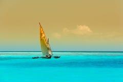Hölzernes Segelboot auf Wasser Stockfoto
