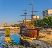 Hölzernes Segelboot Skopjes lizenzfreie stockfotografie