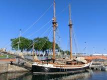 Hölzernes Segelschiff im Hafen Lizenzfreies Stockbild