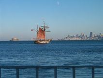Hölzernes Segelschiff mit den Touristen an Bord, die über der Bucht kreuzen Stockfotografie