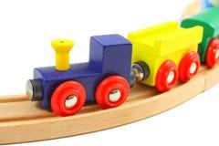 Hölzernes Serienspielzeug auf Schienen auf Weiß Lizenzfreies Stockfoto