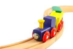 Hölzernes Serienspielzeug auf Schienen auf Weiß Stockbilder