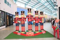Hölzernes Soldatspielzeug PETCHABURI THAILAND OCT11- im roten einheitlichen Stand Stockfotografie