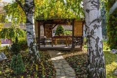 Hölzernes Sommerhaus im Garten Lizenzfreie Stockbilder