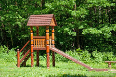 Hölzernes Spiel der Kinder stellte in einen Park ein Stockfotografie