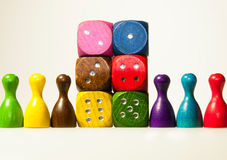 hölzernes Spiel würfelt mit Zahlen und Pfand in sechs Farbe Lizenzfreie Stockfotos