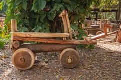 Hölzernes Spielwarenauto im Garten stockfotos