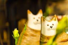 Hölzernes Spielzeug der Katze für Kindervorderansicht-Grünhintergrund das Gras Lizenzfreie Stockfotos