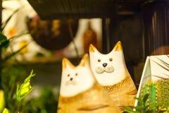 Hölzernes Spielzeug der Katze für Kindervorderansicht-Grünhintergrund des Grases Stockfoto