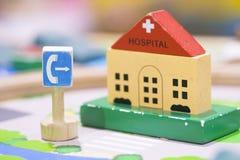 Hölzernes Spielzeug des Telefonzelle-Zeichens - gesetzte pädagogische Spielwaren des Spiels für prescho Lizenzfreie Stockbilder