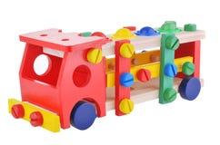 Hölzernes SpielzeugLöschfahrzeugauto lokalisiert über weißem Hintergrund lizenzfreie stockfotos