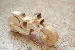 Hölzernes Spielzeugmotorrad lizenzfreie stockbilder