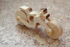Hölzernes Spielzeugmotorrad stockbild