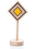 Hölzernes Spielzeugvorfahrtzeichen (Vorfahrtschild) Lizenzfreie Stockfotos