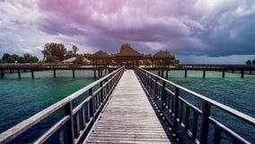 Hölzernes Strand-Dock oder hölzerner Pier am schönen tropischen Strand stockfoto
