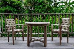 Hölzernes Tabellen- und Stuhlset Stockbild