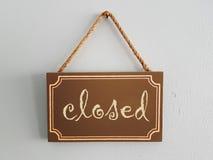 Hölzernes Tag gemalte Aufschrift: geschlossen Lizenzfreies Stockbild