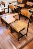 Hölzernes talble und Stuhl mit schwarzem Sprecher in Weinlese Retro- desi stockfoto