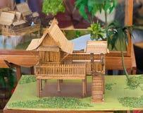 Hölzernes thailändisches Hausmodell Stockfotos