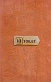 Hölzernes Toiletten-Zeichen. Stockfotografie
