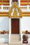Hölzernes Tor der thailändischen Pagode Stockfotos