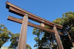 Hölzernes Tor und Baum an Meiji-Schrein in Tokyo, Japan Stockbild