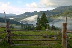 Hölzernes Tor und Geländer für eine Ranch in einem Gebirgstal stockfotos