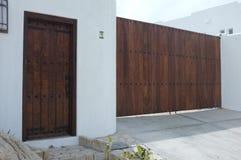 Hölzernes Tor und Tür auf weißer Wand Stockfotografie