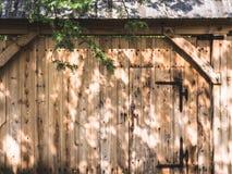 Hölzernes Tor zum Bauernhof stockfotografie