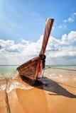 Hölzernes traditionelles Boot auf dem Strand - Thailand Lizenzfreie Stockfotografie