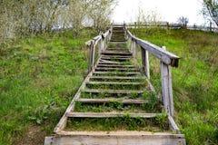 Hölzernes Treppenhaus auf der Steigung eines grünen Hügels lizenzfreie stockfotos