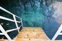 Hölzernes Treppenhaus, das führt, um blaues Wasser draußen zu klären Stockfotografie