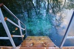 Hölzernes Treppenhaus, das führt, um blaues Wasser draußen zu klären Stockfoto