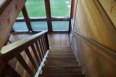 Hölzernes Treppenhaus, das unten führt Stockfoto