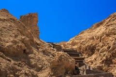 Hölzernes Treppenhaus, das zu die Spitze der Klippe führt Lizenzfreie Stockfotos