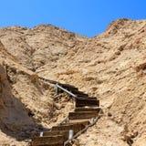 Hölzernes Treppenhaus, das zu die Spitze der Klippe führt Stockbilder