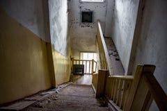 Hölzernes Treppenhaus in einem verlassenen alten Haus lizenzfreies stockbild