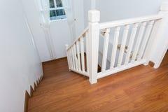 Hölzernes Treppenhaus gemacht vom lamellenförmig angeordneten Holz Lizenzfreie Stockfotografie
