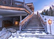 Hölzernes Treppenhaus gestaltet durch Laternen Stockfotografie