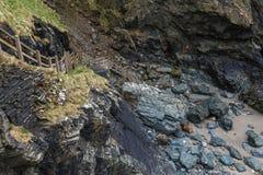 Hölzernes Treppenhaus mit Bretterzaun führt unten von den Felsen lizenzfreie stockfotos
