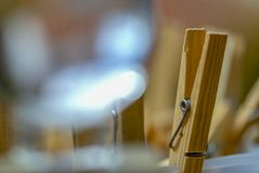 Hölzernes trocknendes Clip durch eine Glaskugel stockfotos