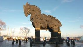 Hölzernes Trojan Horse im Stadtzentrum von Canakkale stock video footage