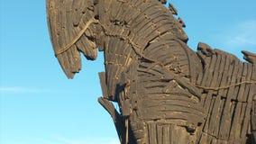 Hölzernes Trojan Horse im Stadtzentrum von Canakkale stock footage
