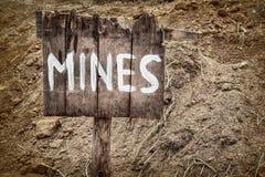 Hölzernes verwittertes Warnzeichen für Bergwerke Stockbilder