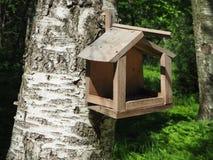 Hölzernes Vogelhaus auf dem Baum stockbild
