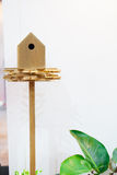 Hölzernes Vogelhaus auf einem Pfosten Lizenzfreie Stockfotografie