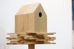 Hölzernes Vogelhaus auf einem Pfosten Stockbild