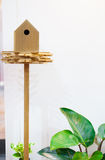 Hölzernes Vogelhaus auf einem Pfosten Lizenzfreie Stockbilder